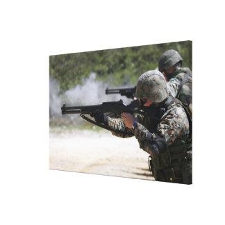 Infantes de marina que encienden las escopetas impresion de lienzo