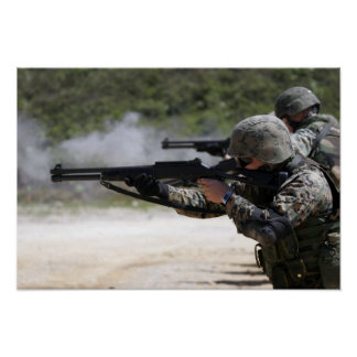 Infantes de marina que encienden las escopetas poster