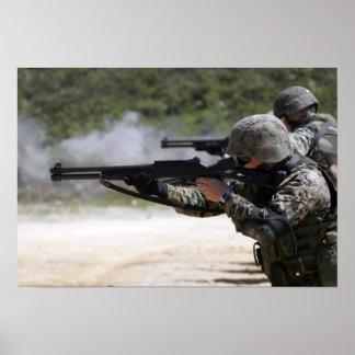 Infantes de marina que encienden las escopetas póster