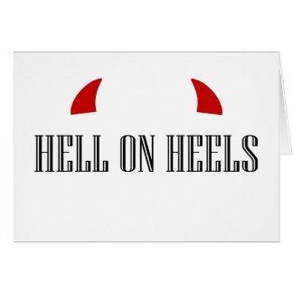 Infierno en los talones con los cuernos del diablo tarjeta de felicitación