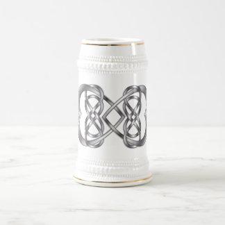 Infinito doble entrelazado de los corazones en la jarra de cerveza
