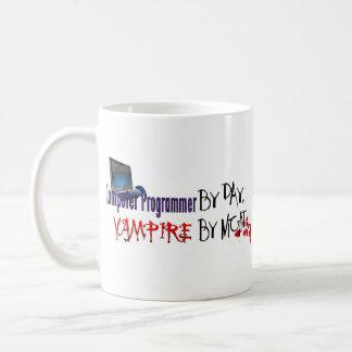 Informático por día, vampiro por noche taza básica blanca