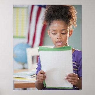 Informe de la lectura del chica de la raza mixta e impresiones