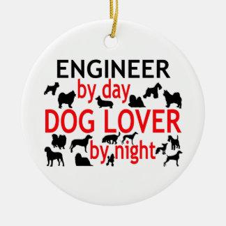 Ingeniero del amante del perro del día por noche adorno navideño redondo de cerámica