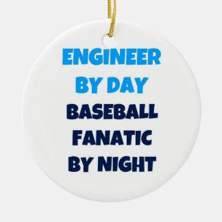 Ingeniero del fanático del béisbol del día por adorno navideño redondo de cerámica