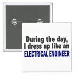 Ingeniero eléctrico durante el día pins