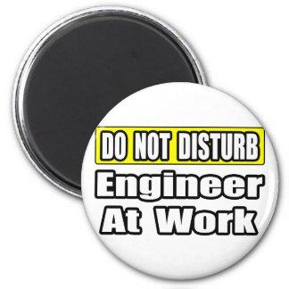 Ingeniero en el trabajo iman de frigorífico