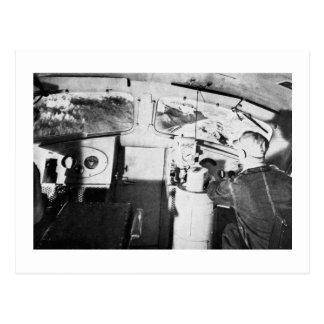Ingeniero locomotor del vintage dentro del taxi postal