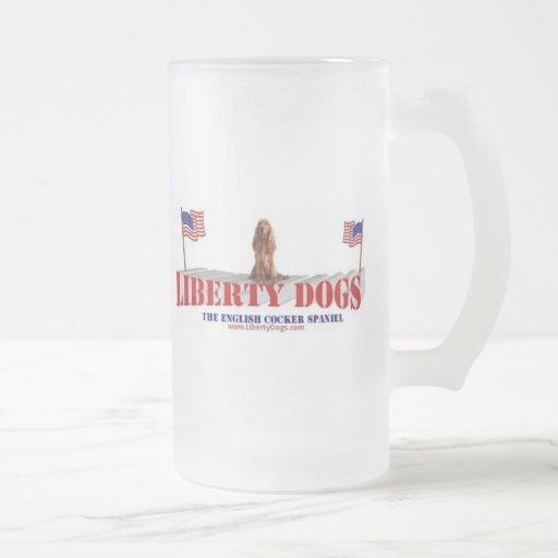 Inglés cocker spaniel con las banderas taza de café
