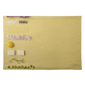Ingredientes para tartare de filete en amarillo manteles individuales