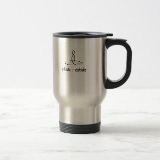 Inhale exhalan - estilo sánscrito negro taza de café