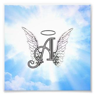 Inicial A del monograma alas del ángel y halo con