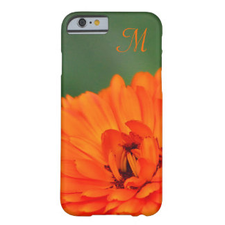 Inicial anaranjada de la flor de la maravilla funda de iPhone 6 slim