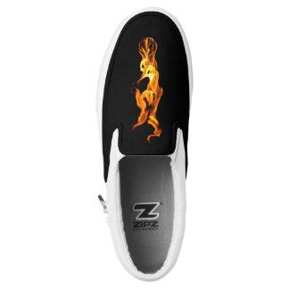 Inicial del ` llama del ` inspiró los zapatos de zapatillas