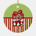 Inicial R del regalo del navidad Ornatos