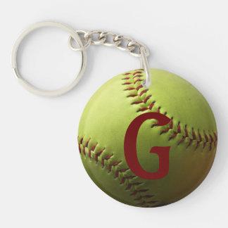 Inicial roja o número del softball amarillo llavero redondo acrílico a doble cara