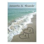 Iniciales de los corazones de la arena, boda del d invitacion personal
