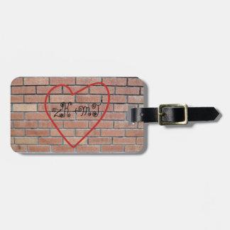 Iniciales en la pintada del amor del corazón etiquetas para maletas
