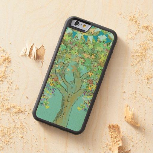 Iniciales románticas de golpe ligero en árbol en funda de iPhone 6 bumper arce