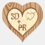 Iniciales talladas en el corazón de madera - calcomanías corazones personalizadas