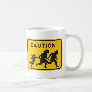 Inmigrantes ilegales que cruzan la muestra de la c taza básica blanca