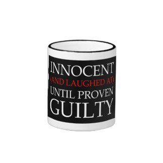 Inocente y reído hasta culpable probada taza a dos colores