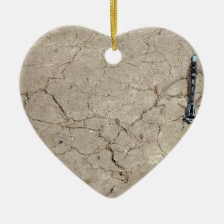 insecto agrietado adorno navideño de cerámica en forma de corazón