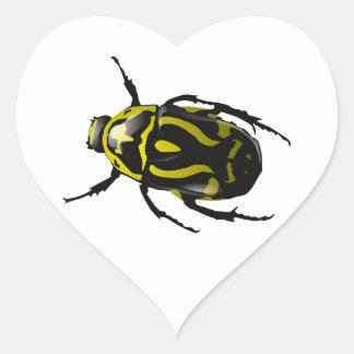 Insecto amarillo y negro sin cuernos realista del pegatina en forma de corazón
