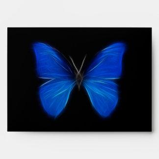Insecto de vuelo azul de la mariposa sobre