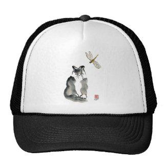 Insecto desagradable [libélula] y gatito gris gorras