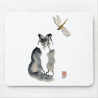Insecto desagradable [libélula] y gatito gris tapete de raton