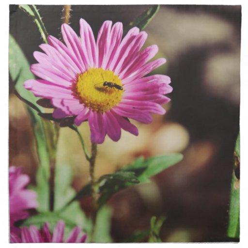 Insecto en una flor rosada servilleta de papel
