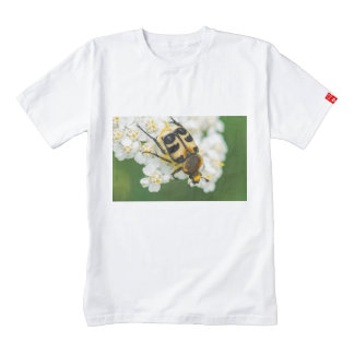 Insecto en una macro de la flor blanca playera zazzle HEART