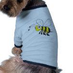 Insecto feliz de la abeja del vuelo camisetas de perrito