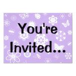 Insectos y flores blancos (púrpura del vector de invitación 13,9 x 19,0 cm