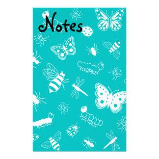 Insectos y mariposas blancos (fondo del vector del papeleria