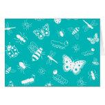 Insectos y mariposas blancos (fondo del vector del tarjeta de felicitación