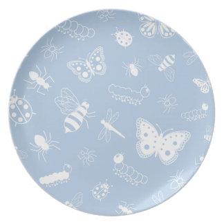 Insectos y mariposas blancos (parte posterior del  plato para fiesta