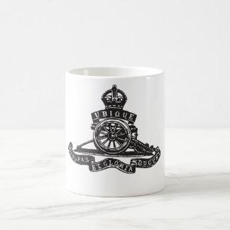 Insignia de casquillo real de la artillería (la gu taza de café