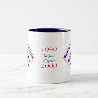Insignia de Cloggers 60.o del Singleton Taza De Café De Dos Colores