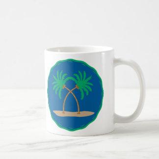 Insignia de la palmera taza básica blanca