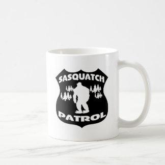 Insignia del bosque de la patrulla de Sasquatch Taza