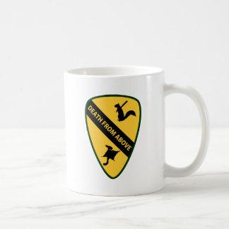 Insignias de la caballería de primer aire de la ar tazas de café