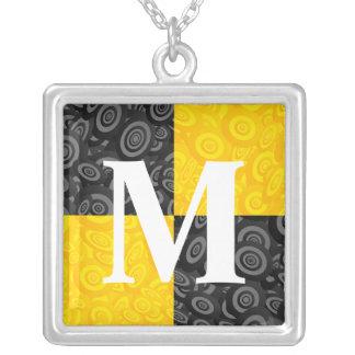 Inspector amarillo y negro del monograma colgante cuadrado