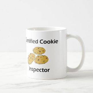Inspector certificado de la galleta taza de café