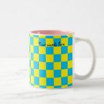 Inspectores azules en fondo amarillo taza