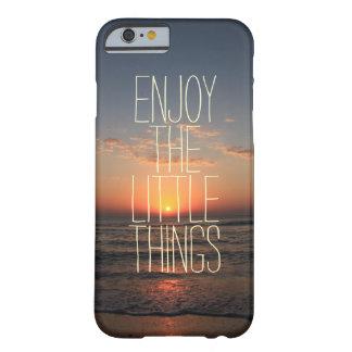 Inspirado disfrute de la pequeña cita de las cosas funda barely there iPhone 6