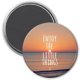 Inspirado disfrute de la pequeña cita de las cosas imán redondo 7 cm