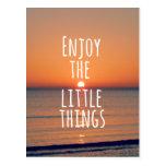 Inspirado disfrute de la pequeña cita de las cosas postal