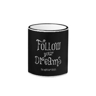 Inspirado siga su cita de los sueños taza de dos colores
